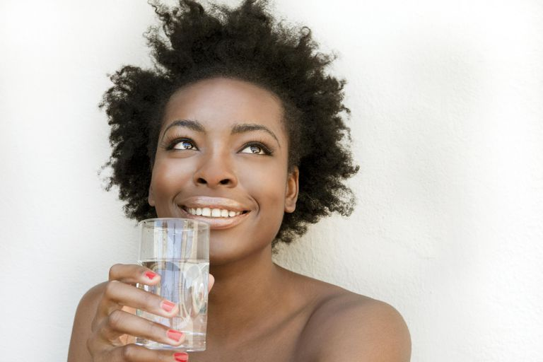 Nő drinking water, a great ingredient to keep black hair healthy
