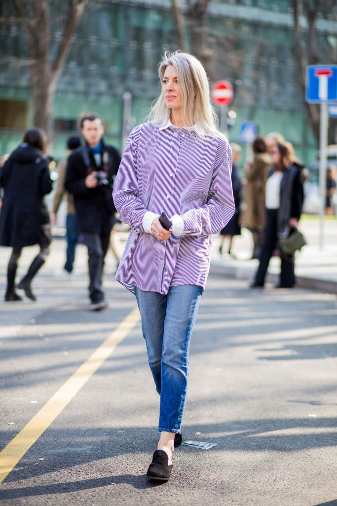 Stradă style in oxford shirt and skinny jeans