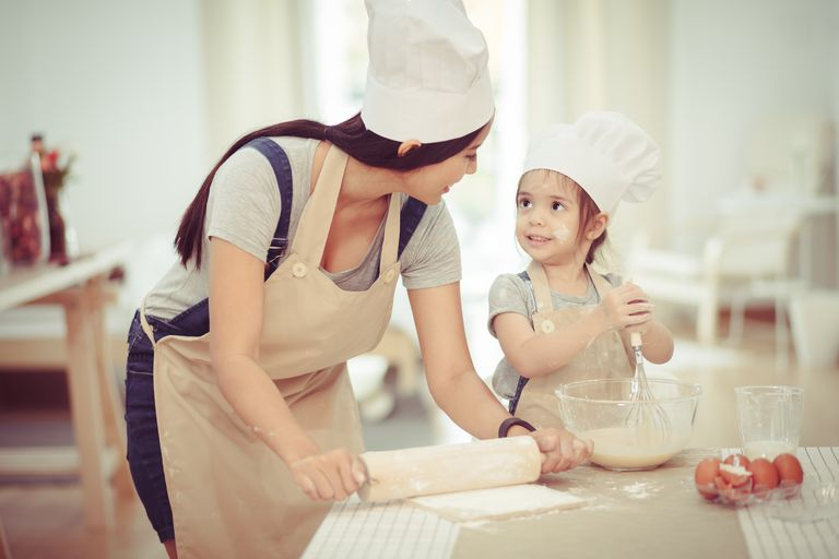 אִמָא and daughter using a rolling pin together