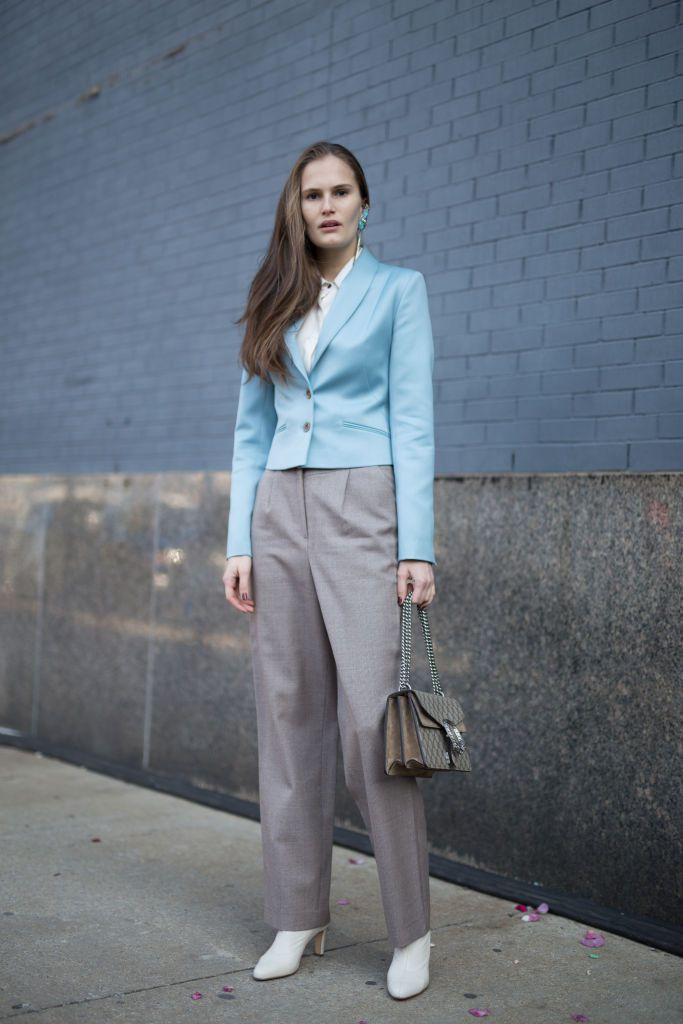 Femeie in blue blazer and trousers