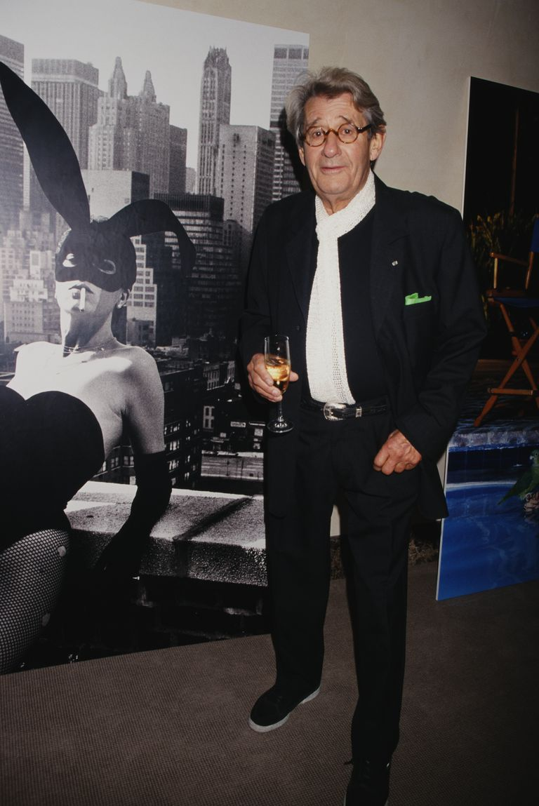 Немачки-аустралијски photographer Helmut Newton (1920 - 2004) at Christie's in front of his photograph of Elsa Peretti, New York City, USA, 1998.