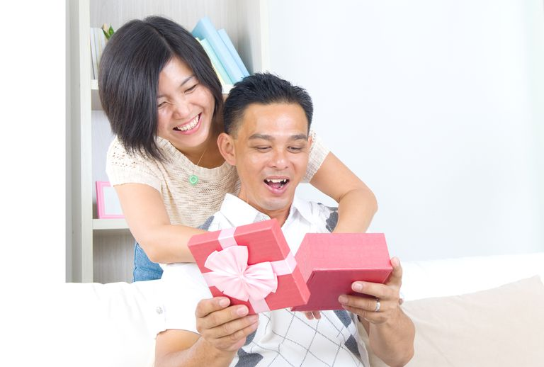 Mutlu Couple Looking At Gifts In Home