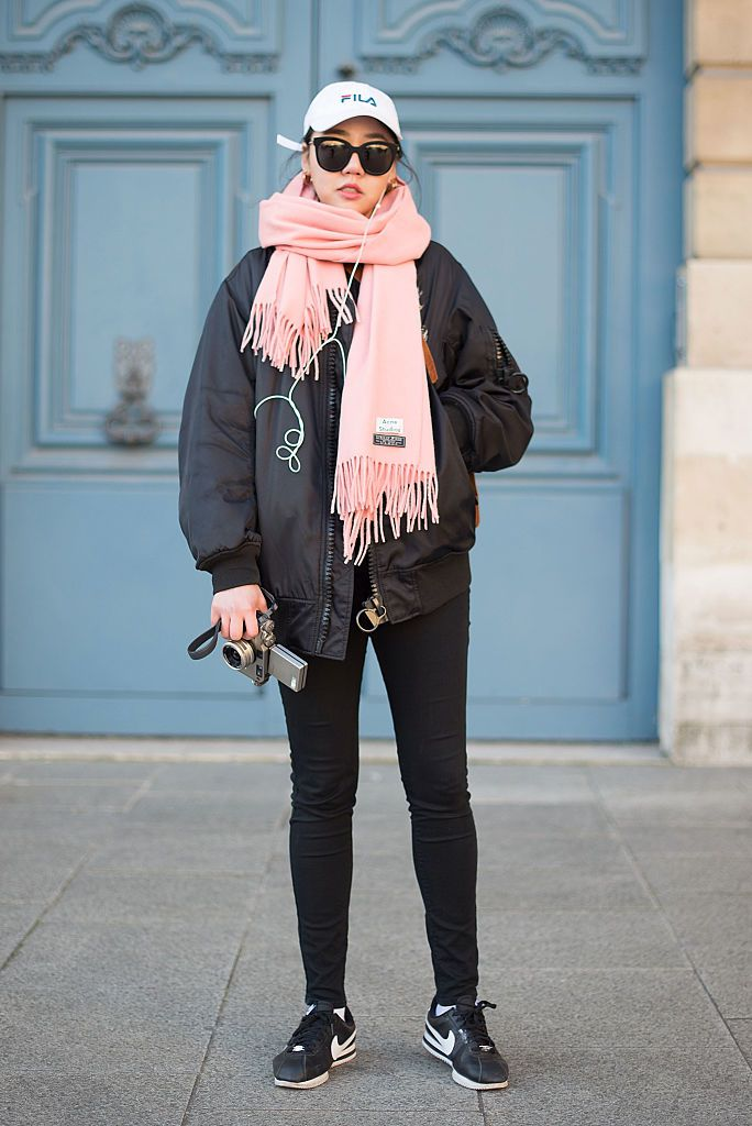 Gata style in black jeans and a big scarf
