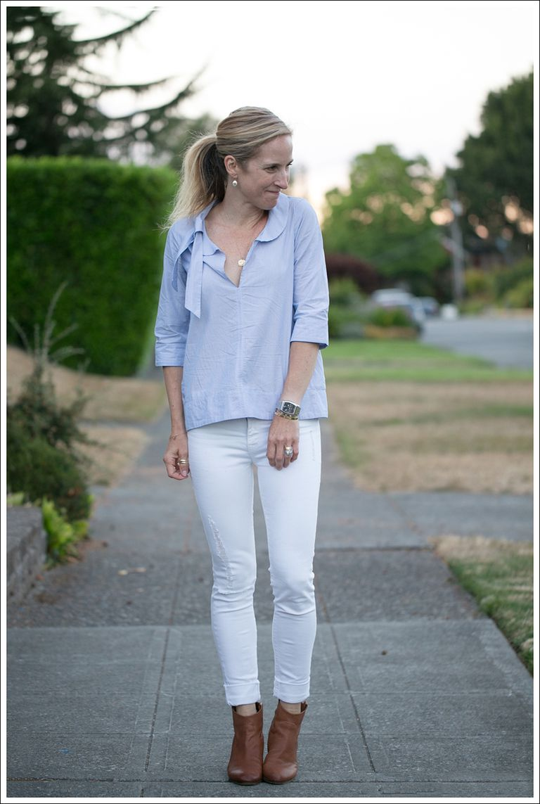 Vit skinny jeans and blue shirt outfit