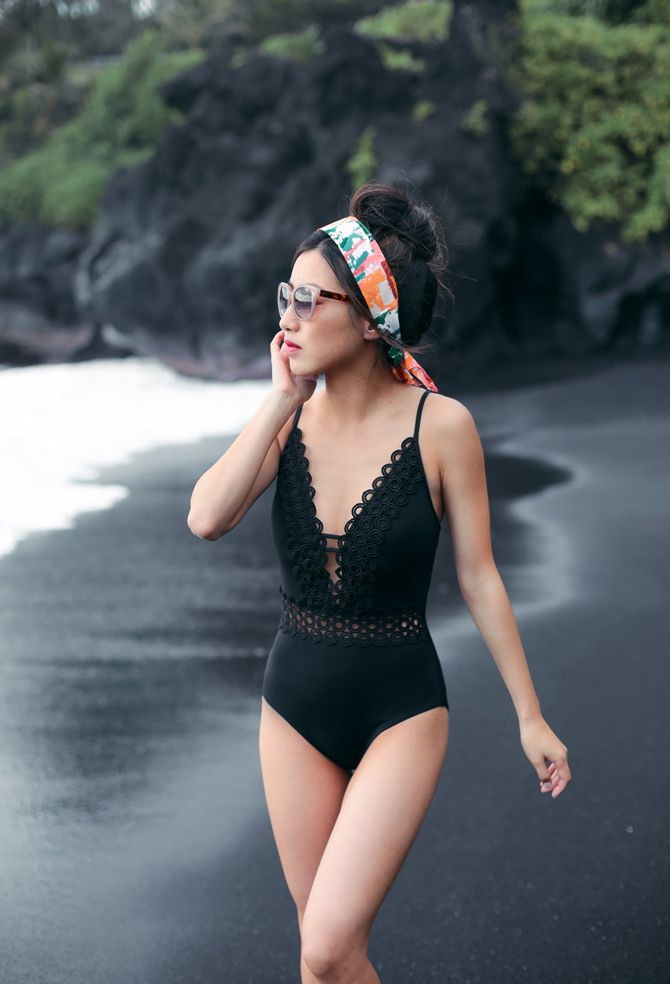 Femeie in black swimsuit and headband