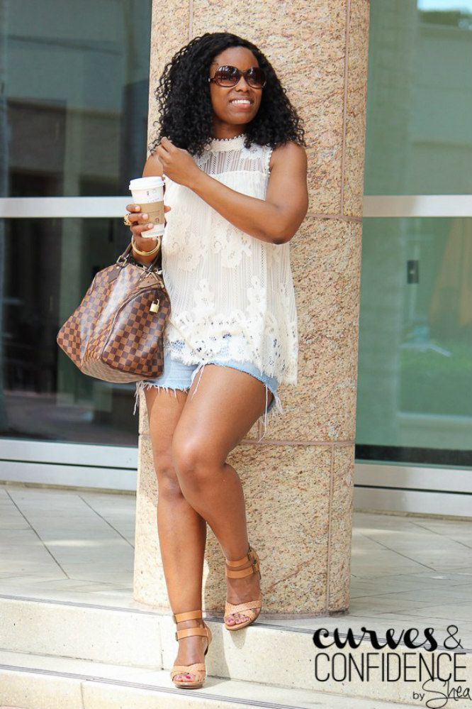 Femeie wearing lace top and jean shorts
