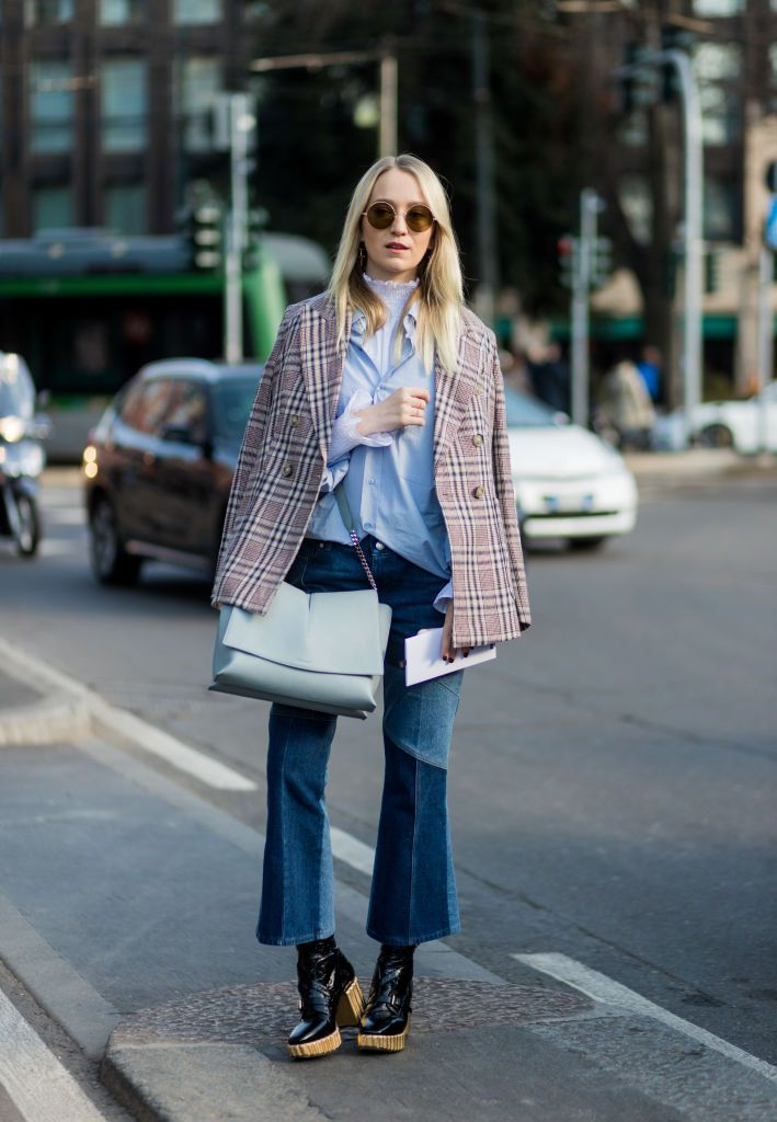 Vinter office outfit in tweed jacket and cropped jeans