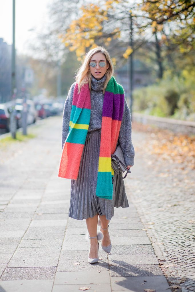 Grå outfit with a colorful scarf for winter