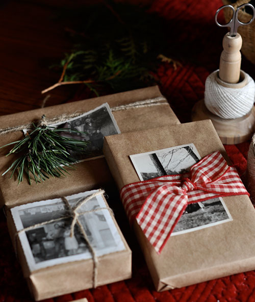 भूरा Paper + Old Photos Christmas Gift Wrapping Idea