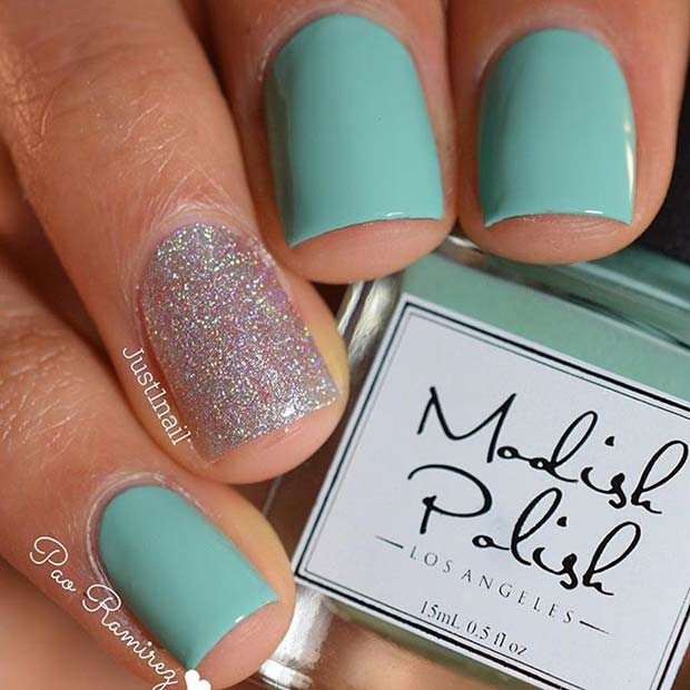 वाइब्रेंट Manicure with Sparkly Accent Nail for Elegant Nail Designs for Short Nails