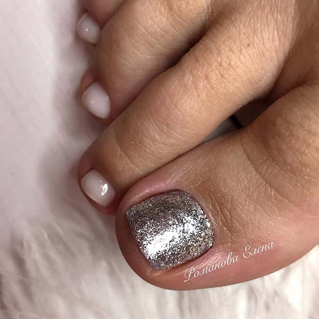 Сребрна Glitter and White Toe Nail Design