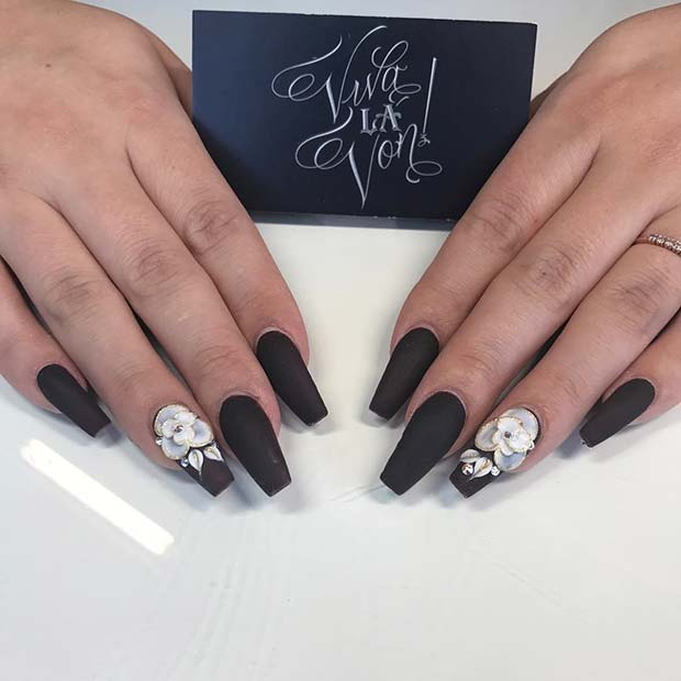 Svart Matte Coffin Nails with Flower Accent Nail