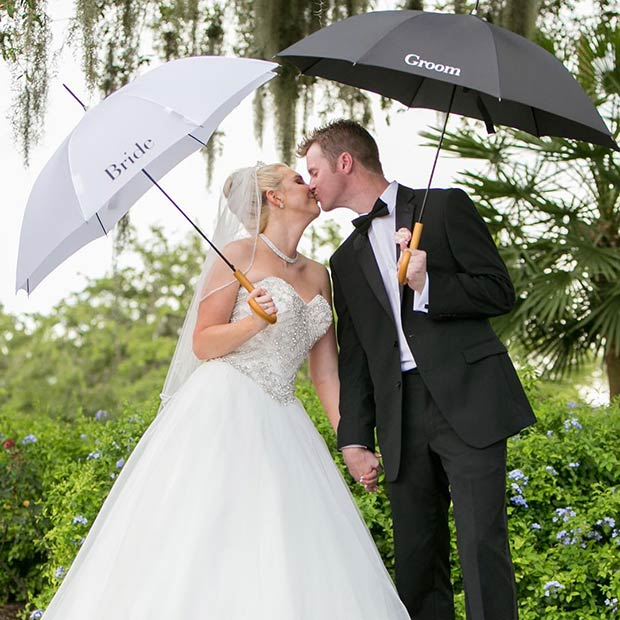 Motsvarande Bride and Groom Umbrellas for Spring Wedding