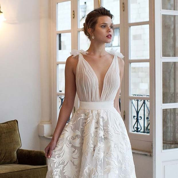 Без рукава with Plunging Neckline for Summer Wedding Dress Idea for Brides