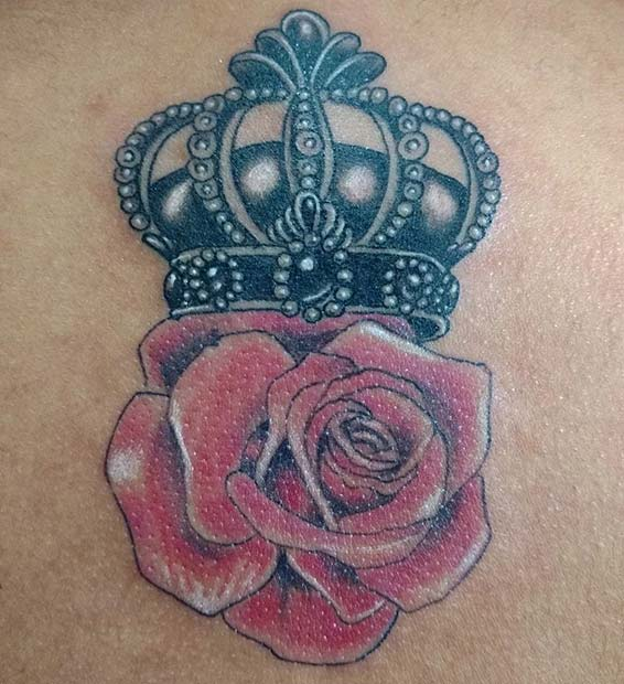 สีแดง Rose and Black Ink Crown Tattoo Idea for Women