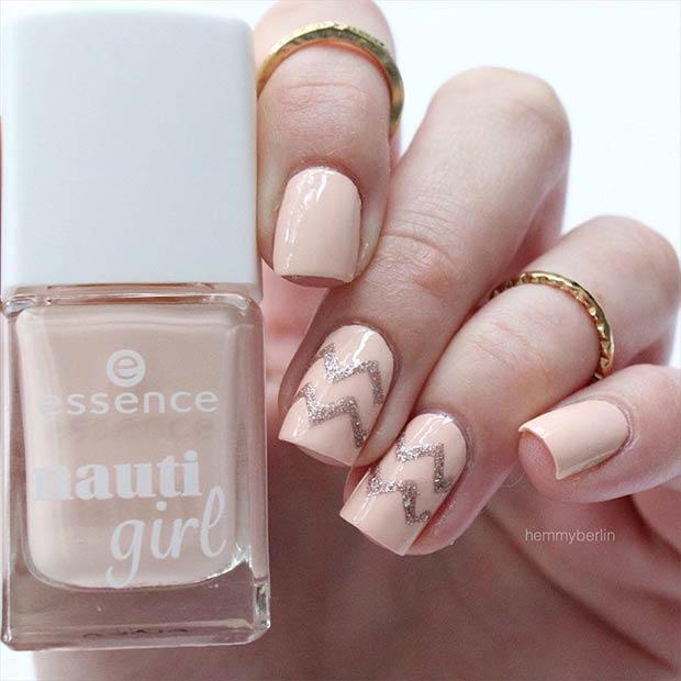 Једноставно Gold and Neutral Chevron Prom Nails