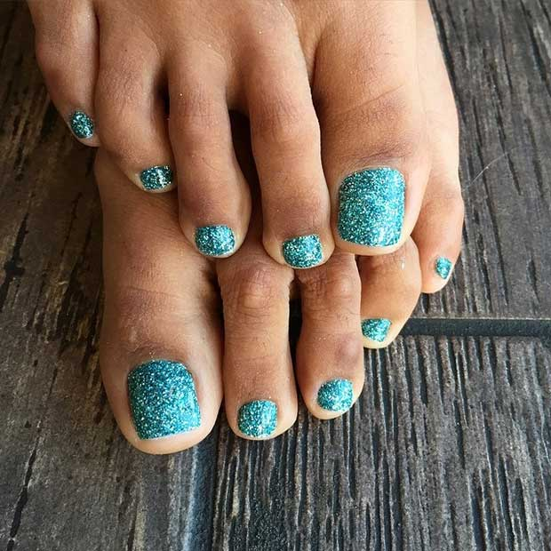 Yeşil Glitter Toe Nail Design for Spring and Summer