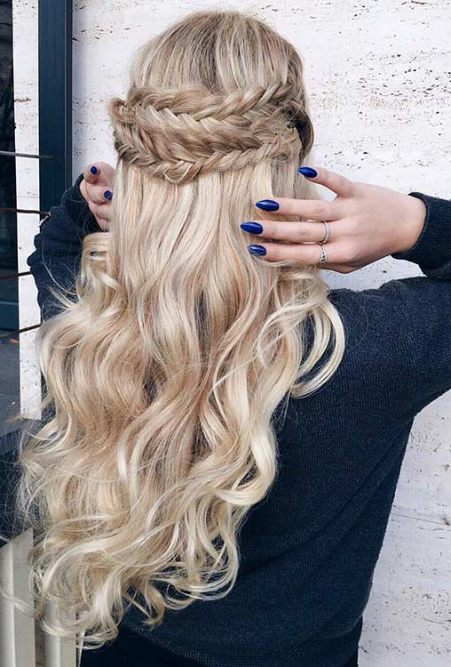 Göndör Fishtail Braided Half Up Half Down Hairstyle