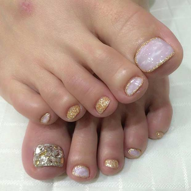 Glittrande Golden Pedicure Design
