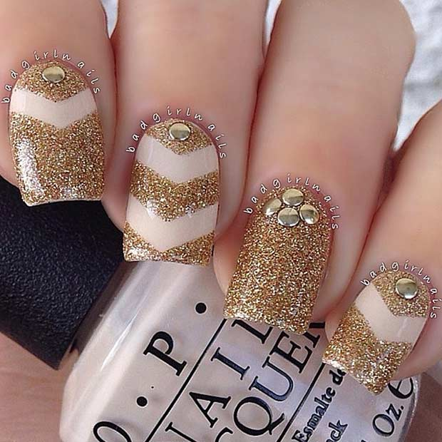 नंगा and Gold Glitter Nail Art Design