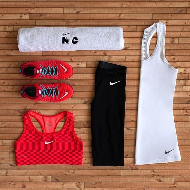 Црн Red and White Workout Outfit