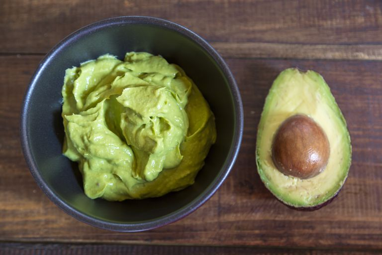 जोड़ना mashed avocado and olive oil for a restorative hair treatment