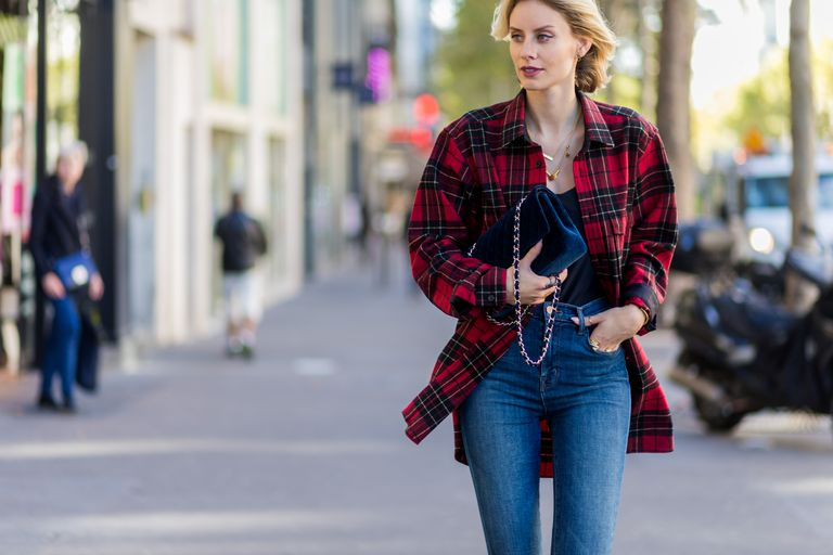 Улица style woman in jeans and plaid shirt