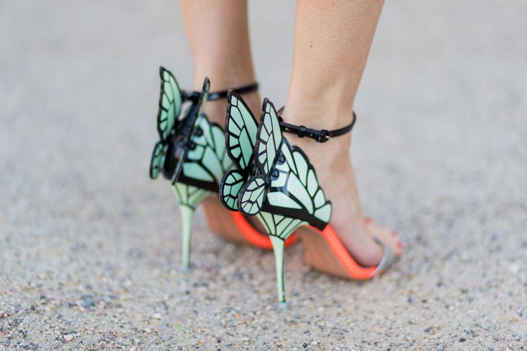 Kvinna's feet in butterly wing high heel shoes