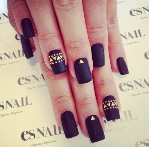 Svart Matte Nails with Gold Details