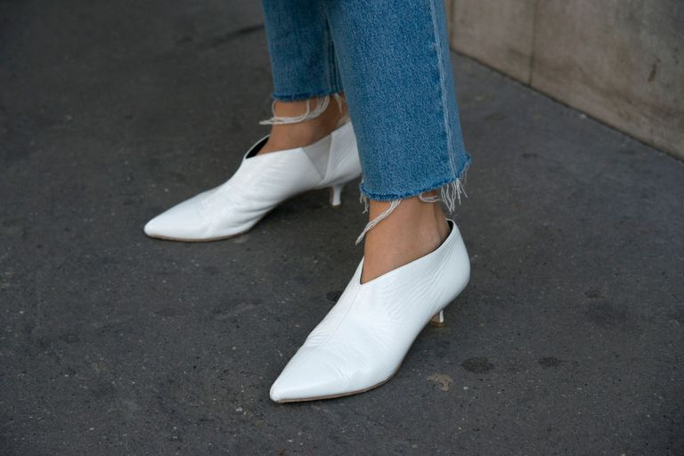 सड़क style jeans and white booties