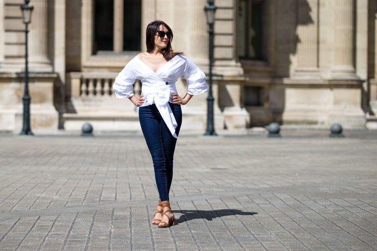 सड़क style woman in white blouse and skinny jeans