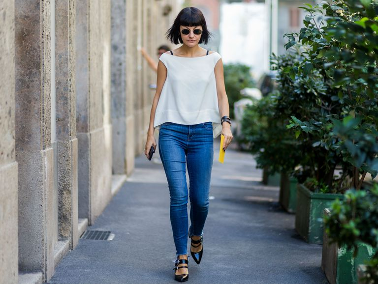 सड़क style woman in skinny jeans