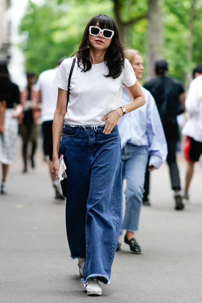 Stradă style in t-shirt and baggy jeans
