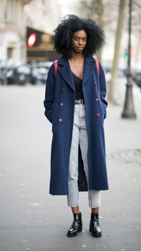 Stradă style in trenchcoat and cropped jeans