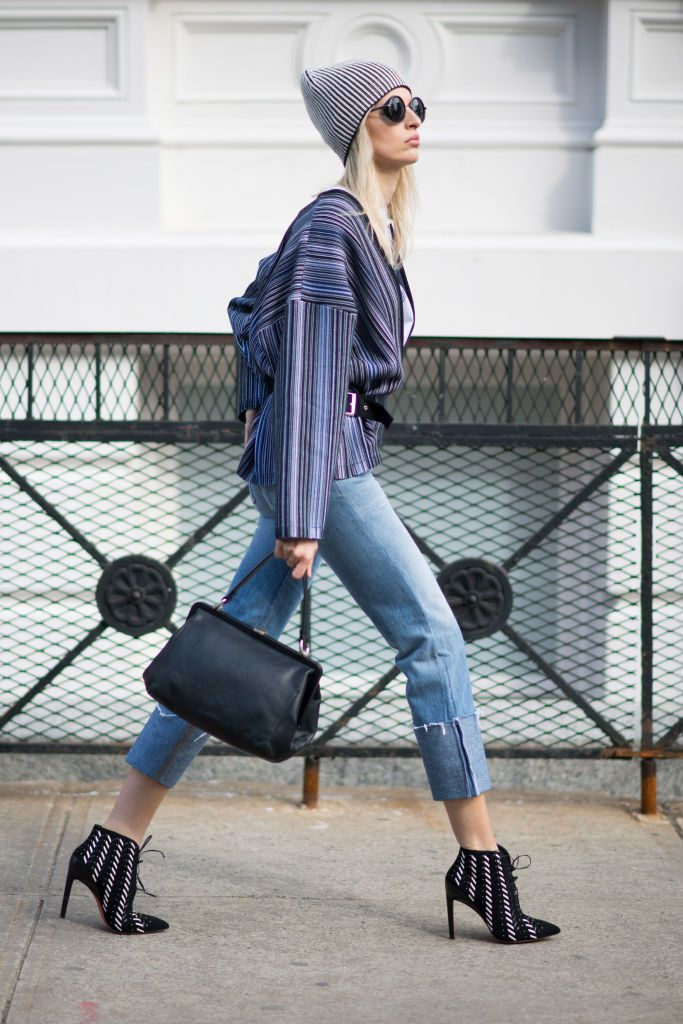 Stradă style in cropped jeans and ankle boots