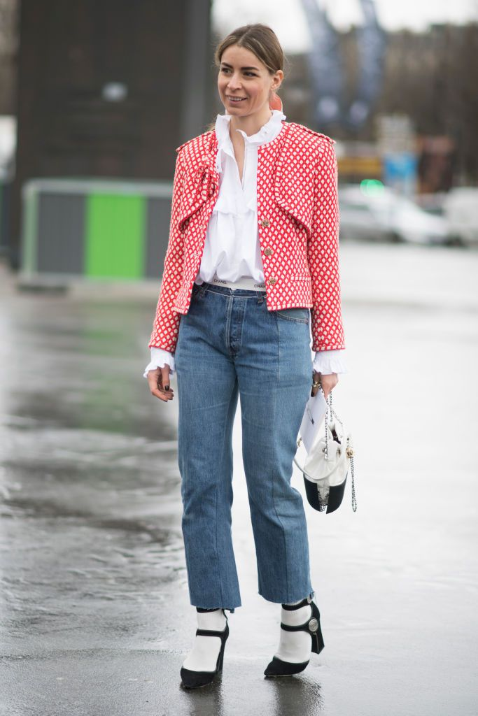 Stradă style in blazer and jeans