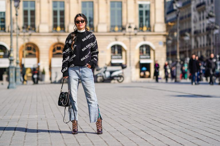 ปารีส street style woman in wide leg jeans