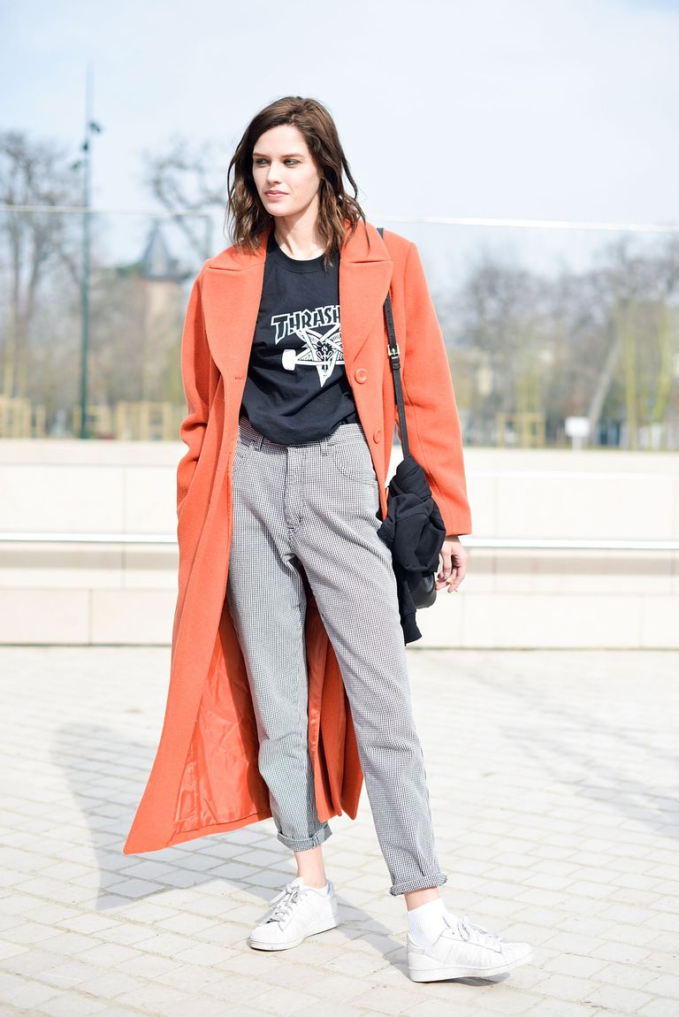 ปารีส street style photo of woman in grey relaxed jeans and orange coat