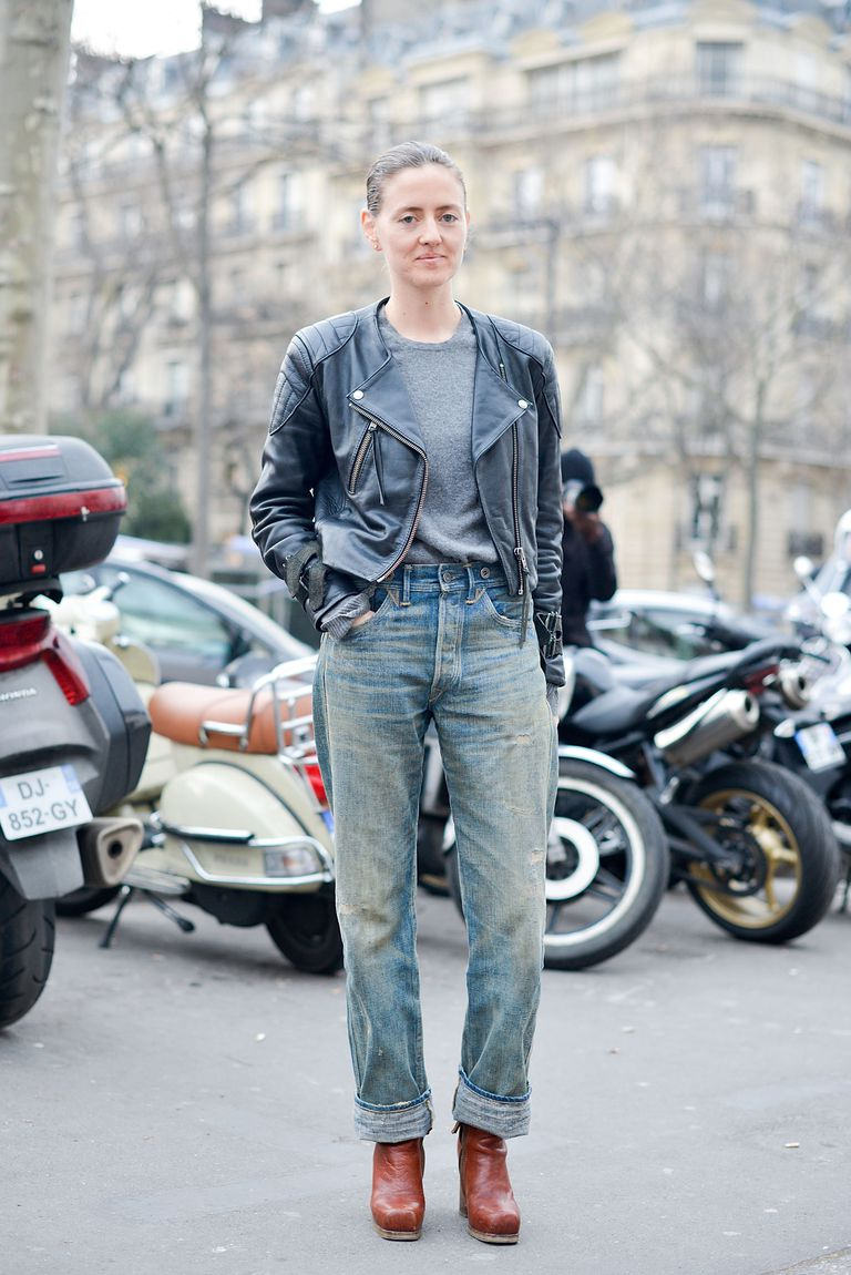 ปารีส street style woman wearing biker jacket and ripped mom jeans