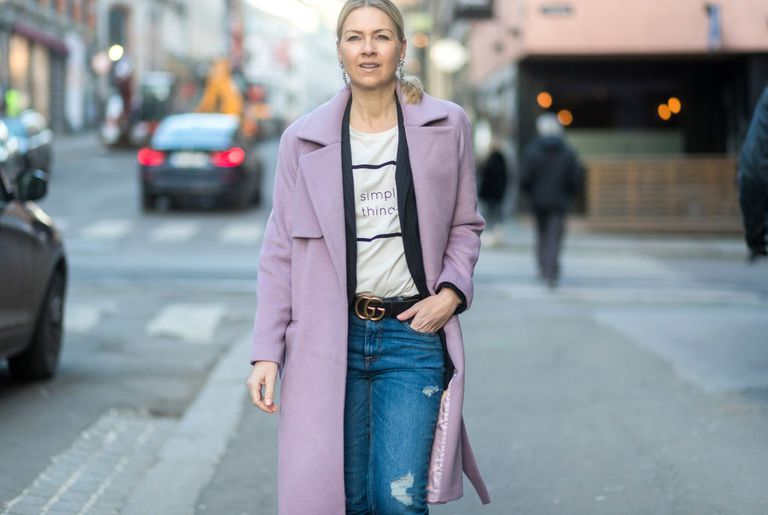 Stradă style woman pink coat and jeans