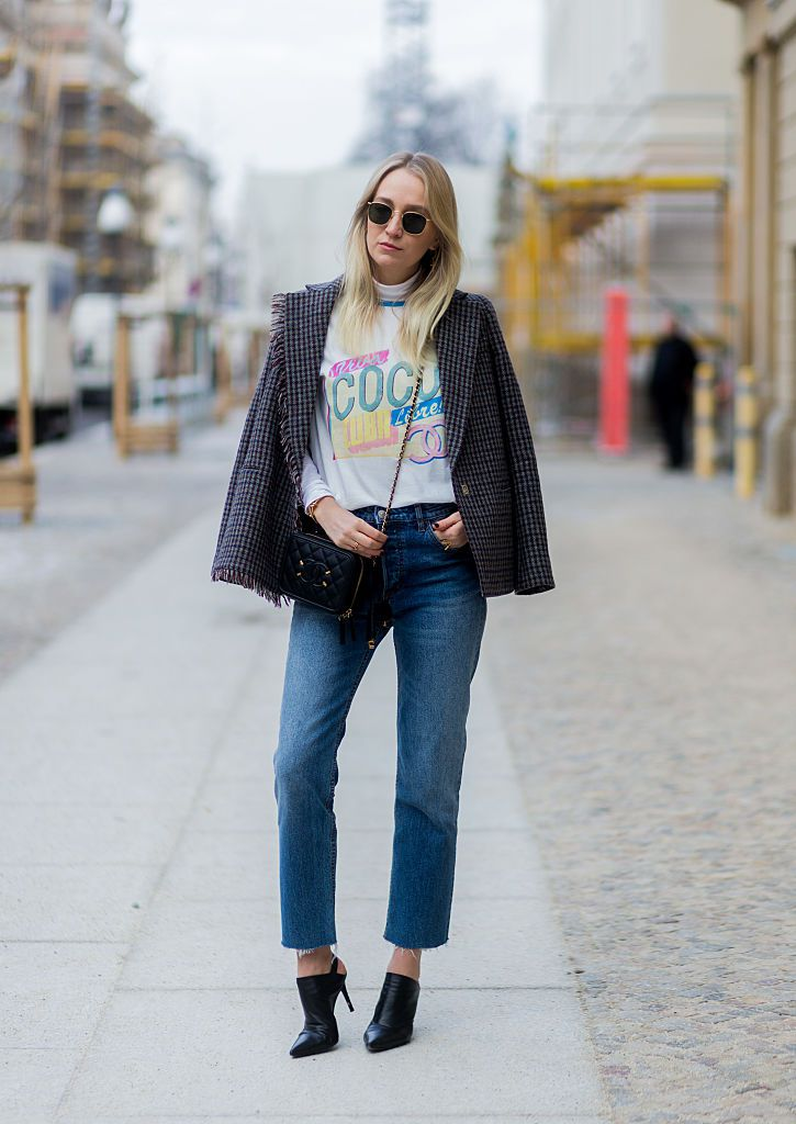 Stradă style Chanel t-shirt and jeans