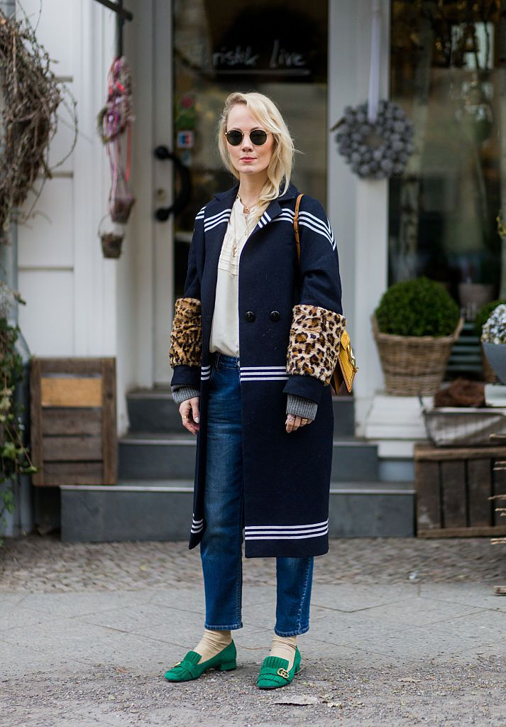 Stradă style woman in coat and jeans