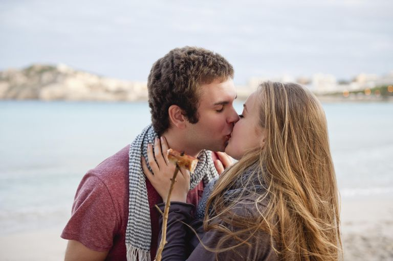 Spania, Mallorca, Couple kissing on beach