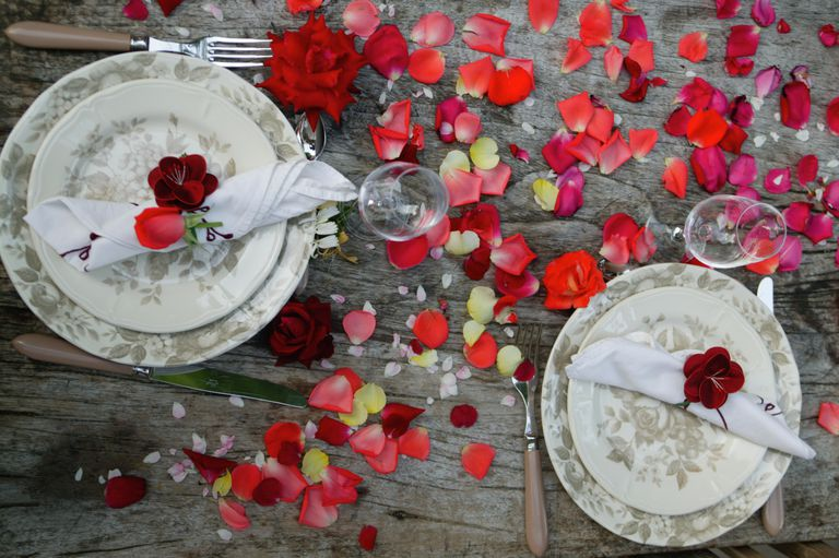 Middag setting for two with rose petals