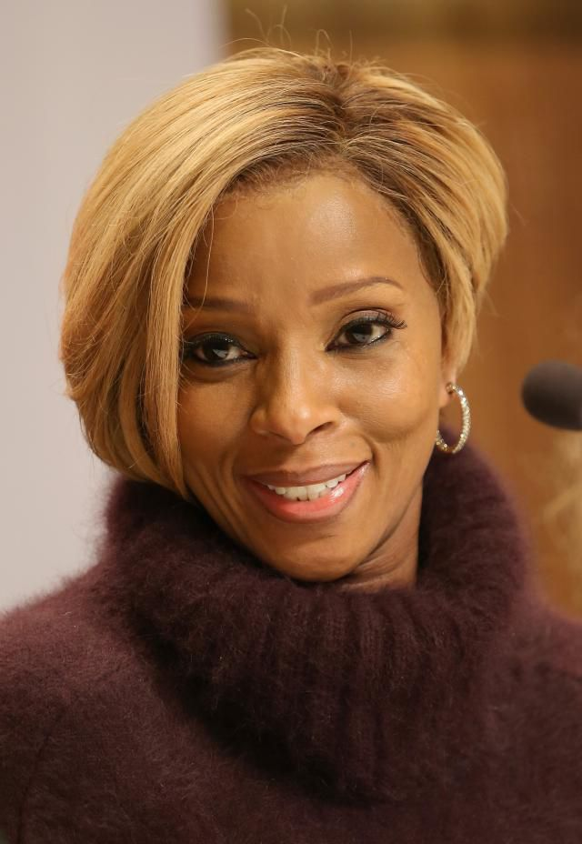 מרי J Blige in lace front wig