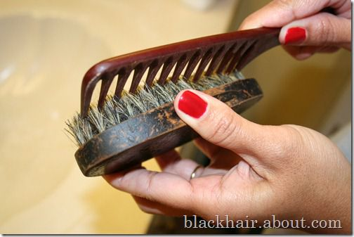 koristeći comb to pull hairs out of brush