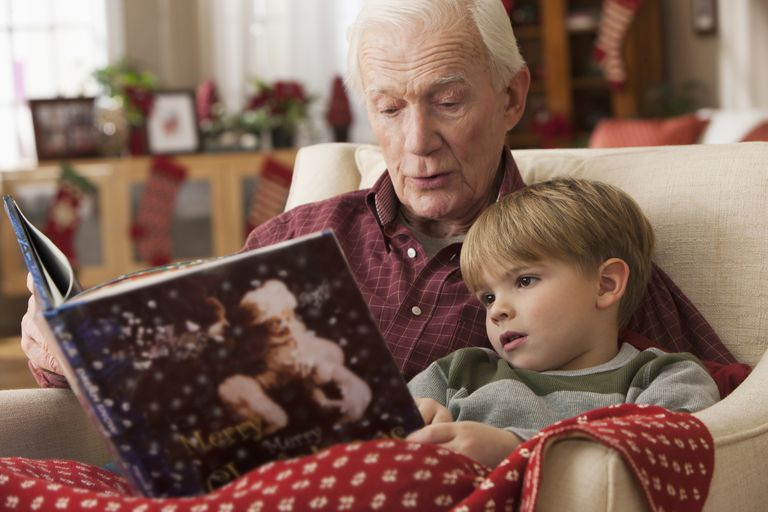 morförälder and grandchild share christmas book