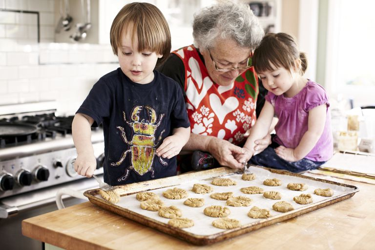 Mormor and grandchildren (3 yrs+2yrs) baking