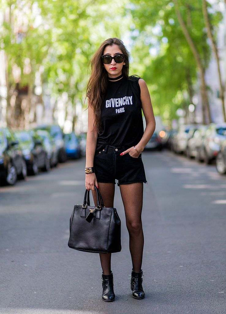 Svart denim shorts and Prada bag street style