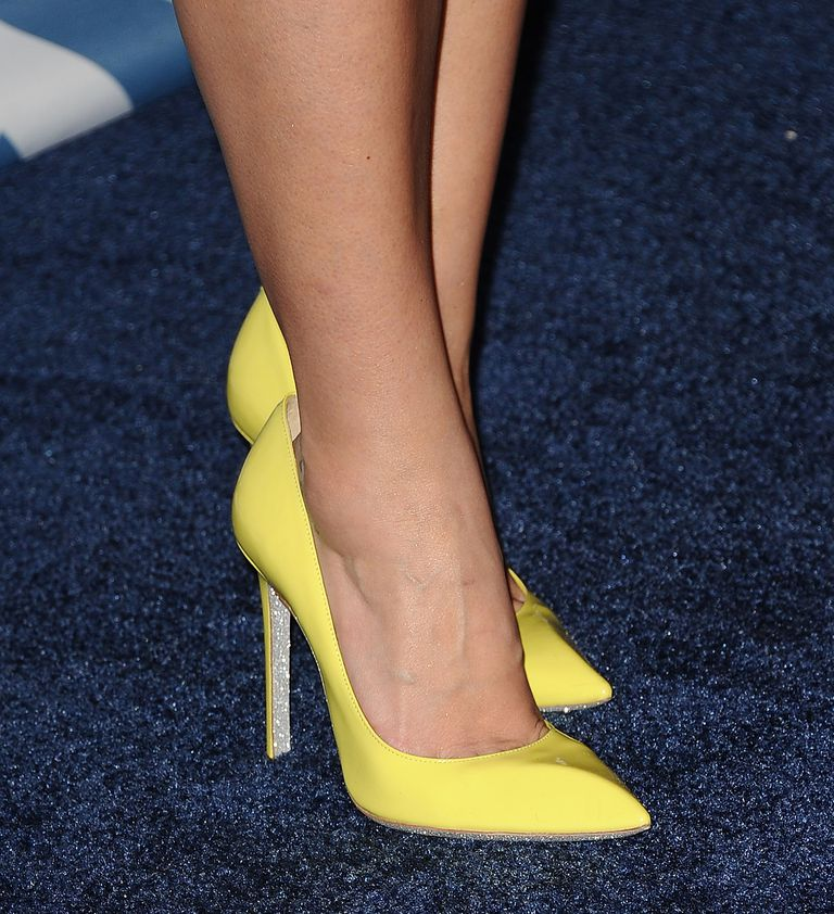 Detaliat shot of yellow high heels, worn by actress Jenna Ushkowitz.